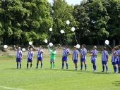 Die weißen Luftballons werden verteilt.