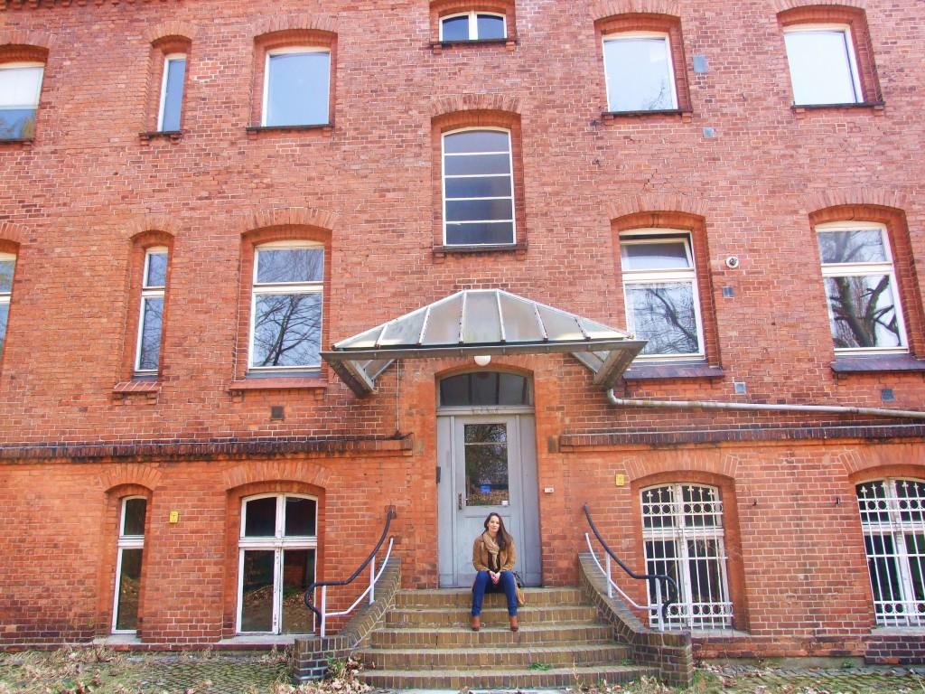 Top Nicole vor dem roten Backsteinhaus