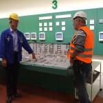 Herr Dederich und Wolfgang in der Schaltzentrale
