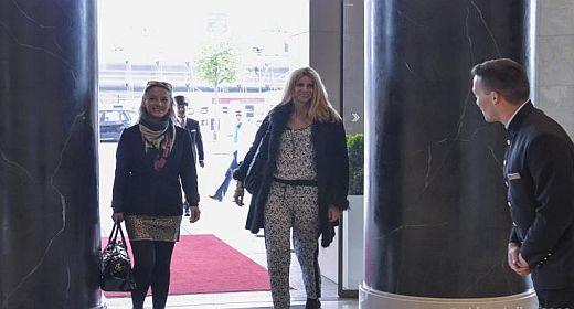 Kathy Steinberger und Tina Ellen Ciftci auf dem Weg zur Pressekonferenz -Foto Alex Adler