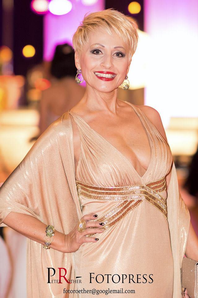 die wunderschöne Bianca Brömme half sogar als Model bei der Modenschau von Marina Reimann aus!