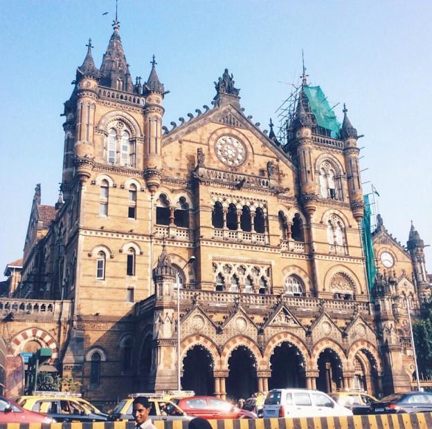 Der-Chhatrapati-Shivaji-Terminus-zählt-zu-den-grössten-Bahnhöfen-der-Welt-und-gehört-seit-2004-zum-UNESCO-Weltkulturerbe..jpg
