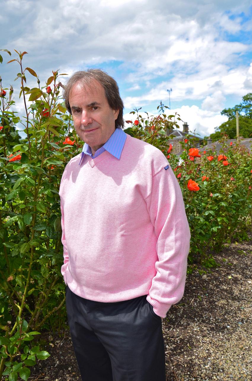 Chris de Burgh rosa Pulli im Garten_kF