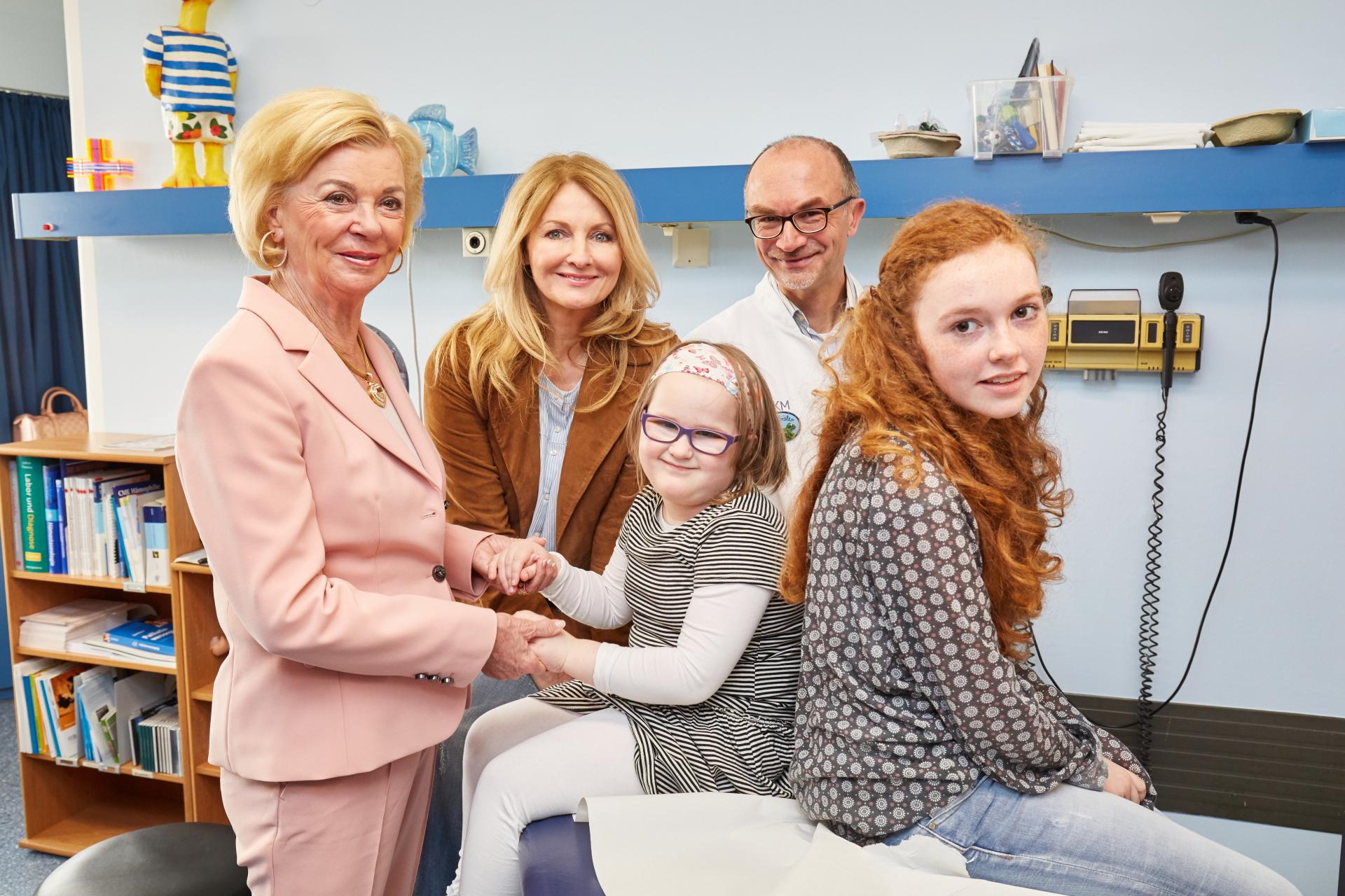 Liz Mohn, Frauke Ludowig und Oberatzt Dr. Ronald Str�ter hier mit den betroffenen Kindern Fehmke und Janina