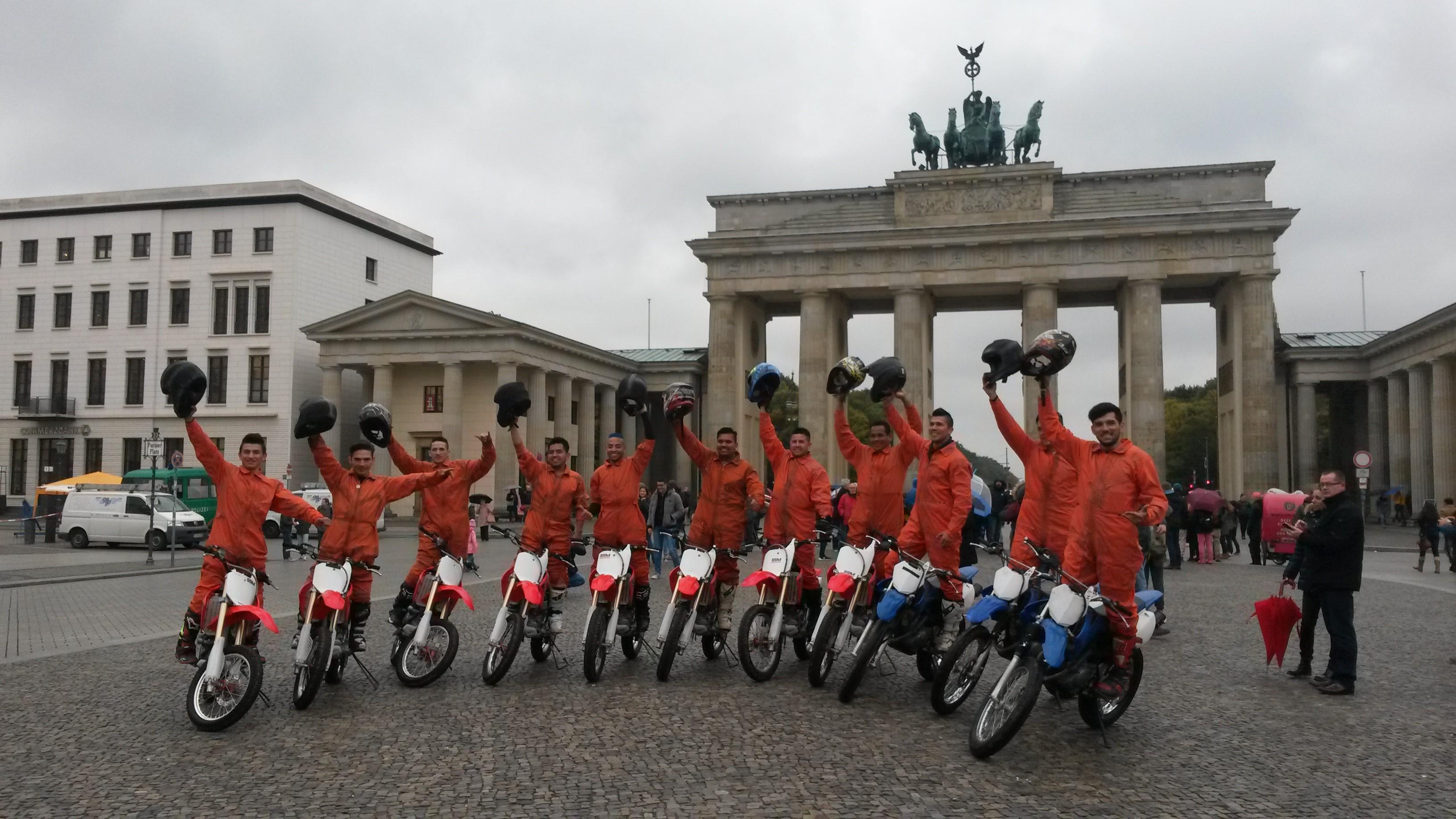 """Anlässlich des Gastspiels in Berlin lud Circus """"Flic Flac"""" am Donnerstag zum Pressemeeting in den Großen Wintergarten des Hotels Adlon Kempinski ein. Beim gemütlichen Smalltalk wurde die brandneue Show vorgestellt. Im Anschluss posierten die Motocross-Artisten für's Foto vor dem Brandenburger Tor. DER NEUE WELTREKORD KOMMT NACH BERLIN! Während des Berlin-Gastspiels werden die Fahrer den neuen Guinness-Rekord mit elf (!) Bikes im """"Globe of Speed"""" aufstellen. Foto: Mononna Ciccone"""