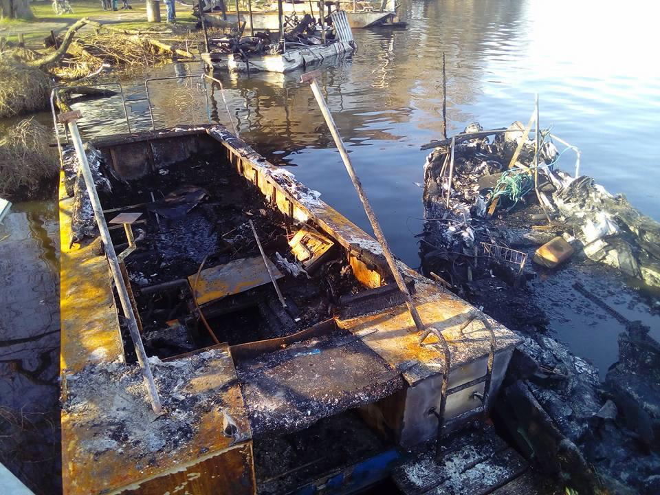 Die Al Bundy liegt verkohlt im Wasser :-(