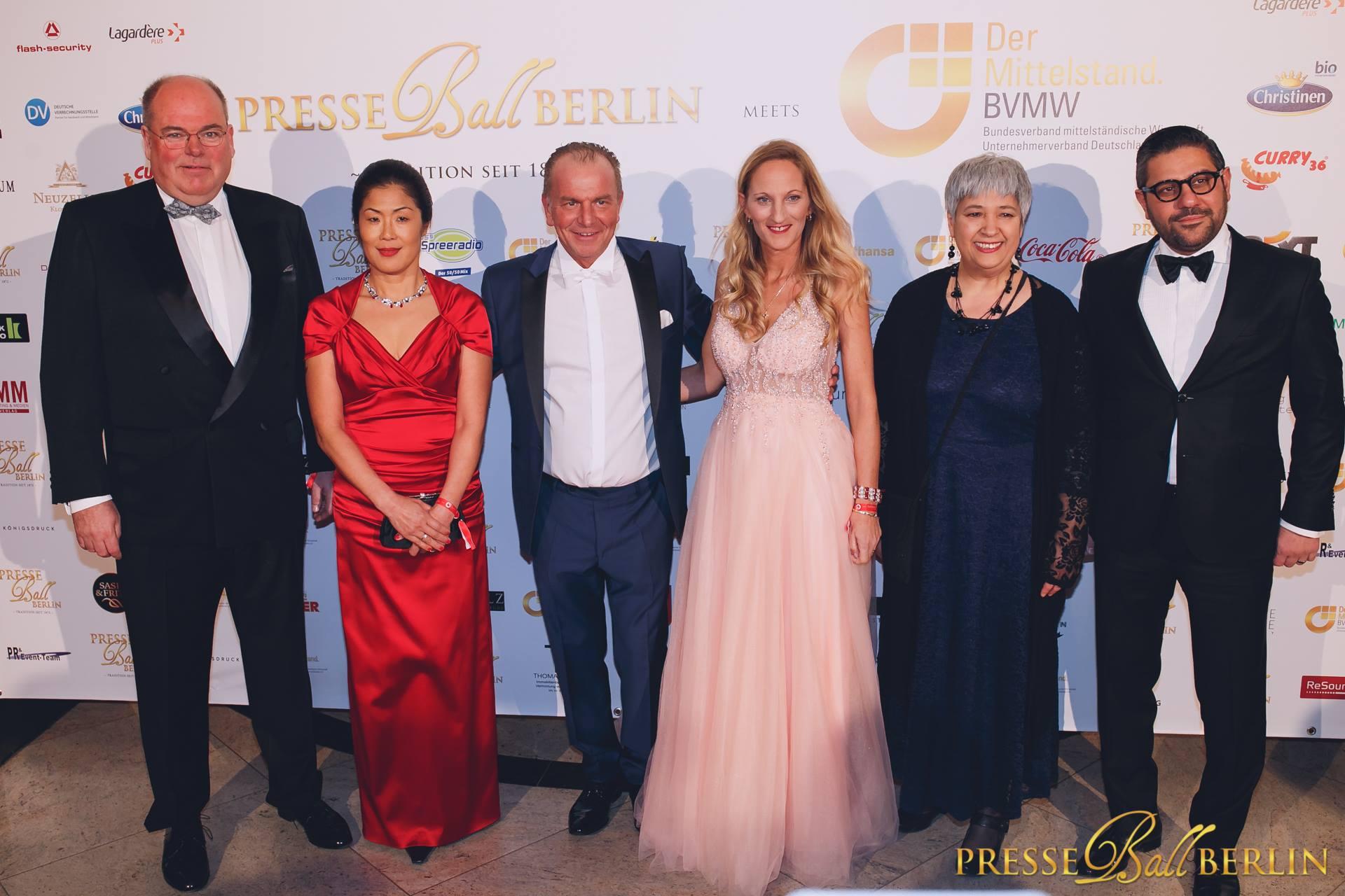 v.l. n.r. Walter Kohl und seine Frau Kyung Sook, Initiatoren des Berliner Presseball Mario Koss und Melanie Simond sowie Seyran Ates, Ashiya Mofrad